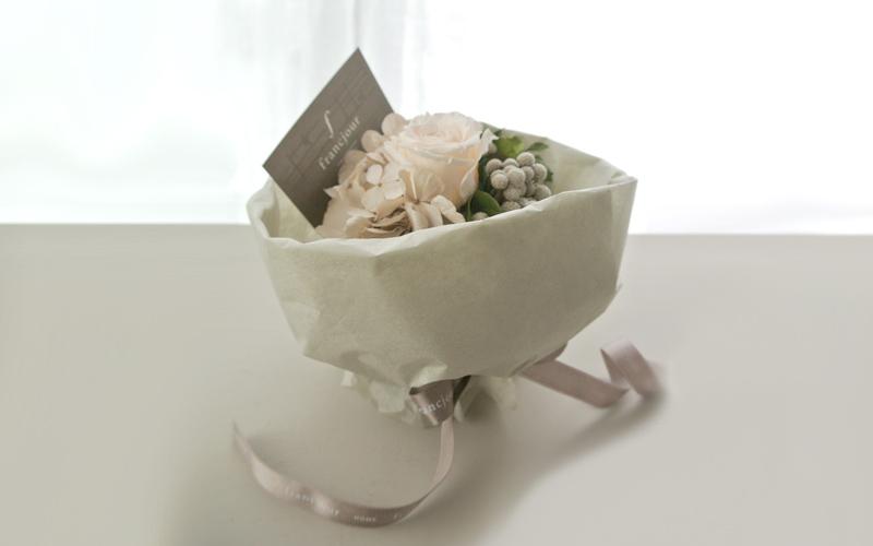 フランジュールのラッピング。タオル、リネン、お花等、丁寧にお包み致します。